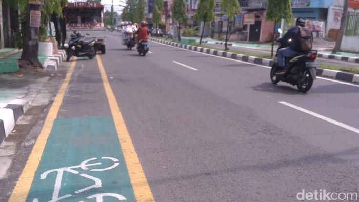 Jalur sepeda di Medan dipakai parkir liar (Datuk Haris Molana/detikcom)