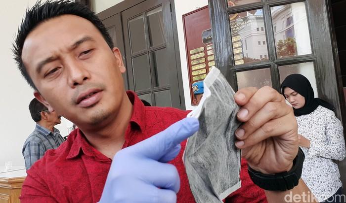 Polisi menggerebek sebuah rumah yang menimbun masker di Bandung. Selain menimbun, rumah sekaligus 'pabrik' masker daur ulang yang merupakan bekas pakai orang.