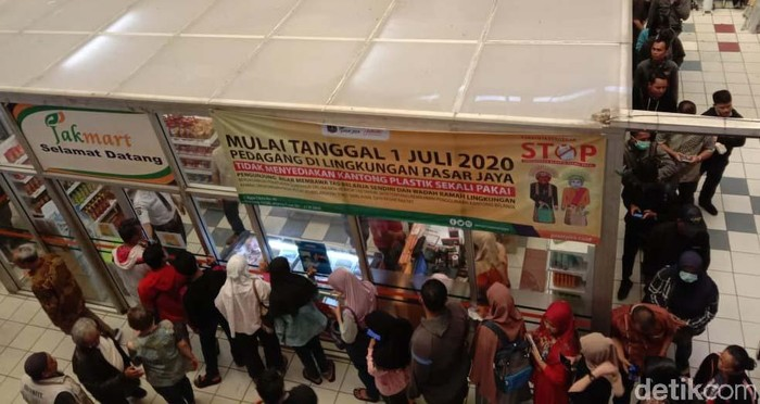 PD Pasar Jaya melakukan operasi pasar di Pasar Pramuka, Jakarta, untuk membuat harga masker kembali terjangkau. Warga pun rela mengantre panjang.