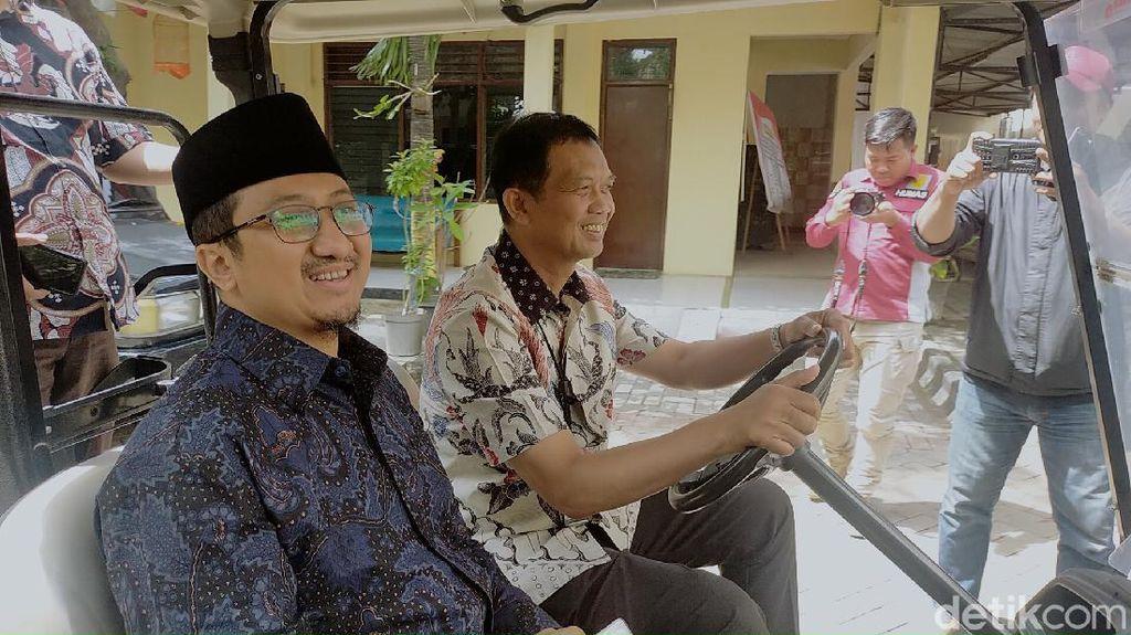 Senyum Yusuf Mansur Saat Tiba di Mapolrestabes Surabaya