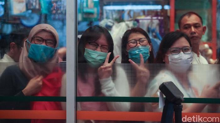 Antrean warga tampak mengular panjang di kawasan Pasar Pramuka, Jakarta. Para warga rela antre berjam-jam untuk mendapatkan masker murah.