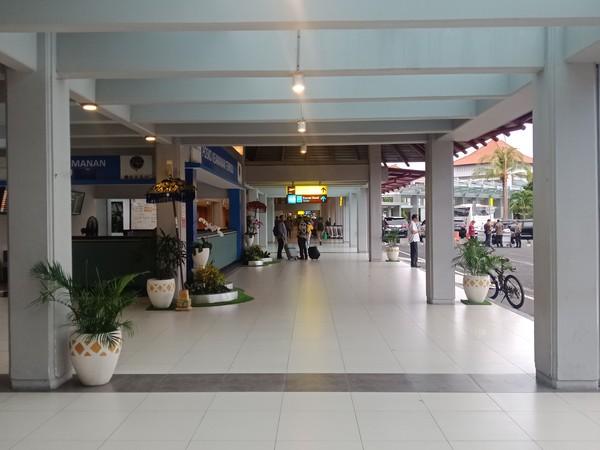 Suasana lorong terminal domestik yang nyaris tak dilalui orang. (Foto: Putu Intan/detikcom)