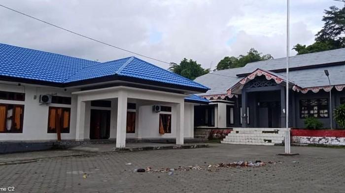 Kantor Bupati Waropen, Papua, porak-poranda usai dirusak massa. Berikut penampakannya.