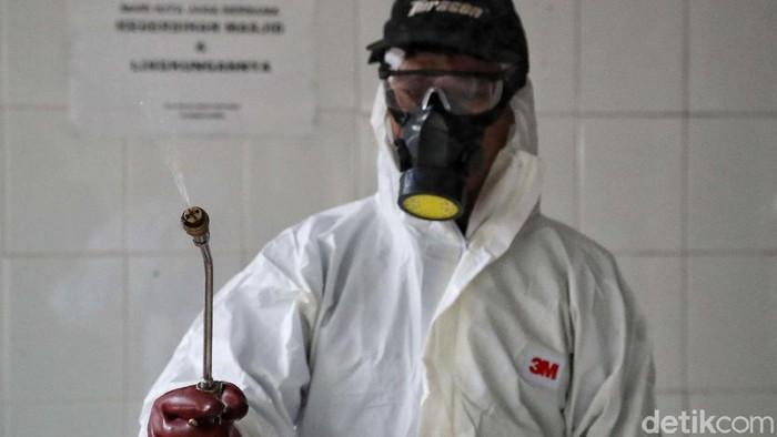 Aksi cegah penyebaran virus corona juga dilakukan di tempat ibadah di Jakarta. Sejumlah petugas semprotkan desinfektan di area sekitar Masjid Hablul Mutaqqin.