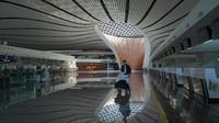 Ini Bandara Internasional Daxing Beijing, China. Bandara baru yang sangat futuristik ini dibuka pada bulan September 2019, keadaannya sekarang hampir kosong(Foto: CNN)