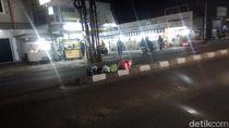 Jorok! Sampah Menumpuk Lagi di Tengah Jalan Kota Tangerang Malam Hari