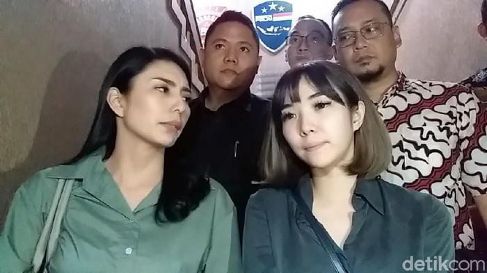 Usai diperiksa selama 6 jam di Gedung Direskrimsus Polda Jatim, Gisella Anastasia dan Tyas Mirasih keluar. Keduanya langsung memberikan keterangan kepada awak media yang sudah menunggunya.