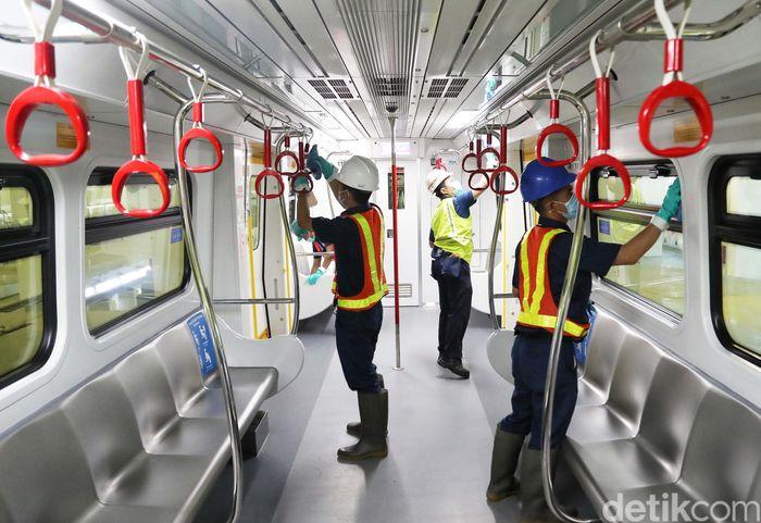 Pihak LRT Jakarta juga mengantisipasi meluasnya virus corona dengan melakukan bersih-bersih di dalam gerbong.