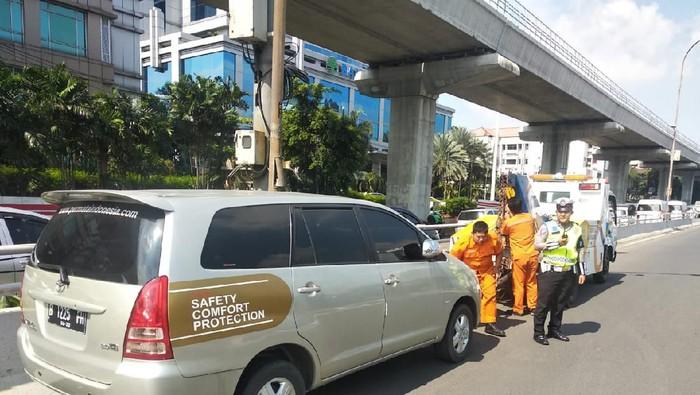 Mobil tak bertuan parkir di bahu Tol Cawang diderek polisi