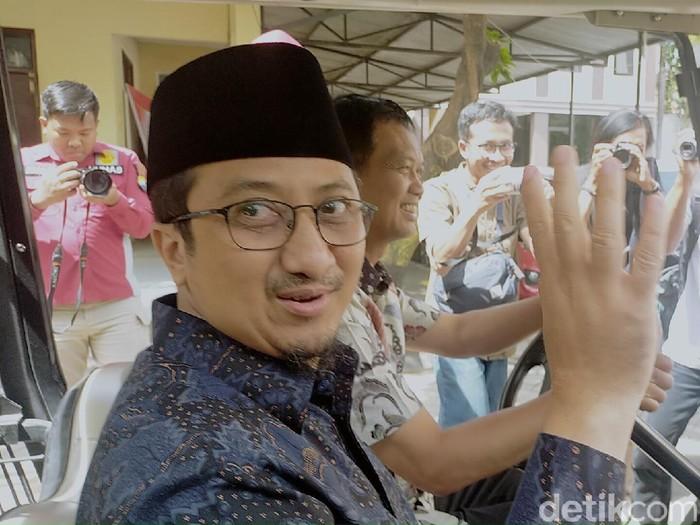 Ustaz Yusuf Mansur akhirnya memenuhi panggilan penyidik Polrestabes Surabaya. Ia dipanggil sebagai saksi kasus penipuan perumahan fiktif berkedok syariah, Multazam Islamic Residence.