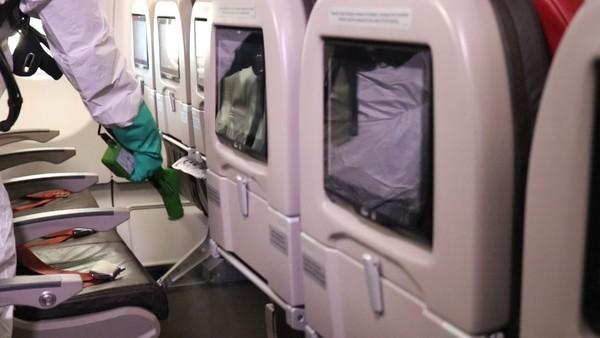 Pembersihan di nampan tempat duduk pesawat Lion Air (Foto: Dok. Lion Air)