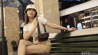 Erika Carlina Jadi Model di Antara Banyak Bule