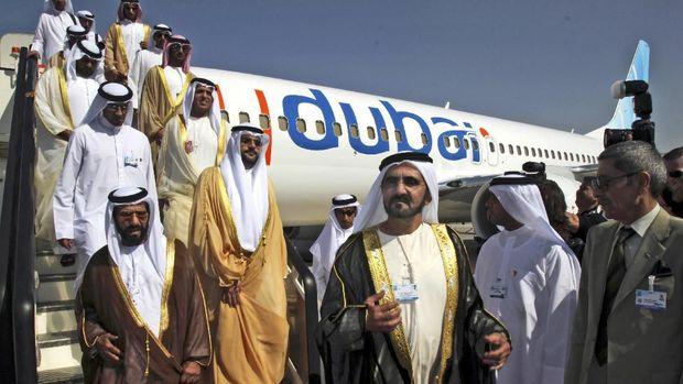 Sheikh Mohammed bin Rashid Al Maktoum, Wakil Presiden dan Perdana Menteri Uni Emirat Arab dan penguasa Dubai.3 kanan, mengunjungi pesawat FlyDubai di Dubai Airshow di Dubai, United Emirat Arab Flydubai. (AP/Farhad Berahman)