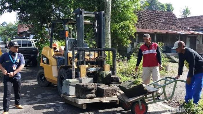 BPCB Jateng evakuasi puluhan batu dari permukiman di Klaten ke Candi Sewu, Jumat (6/3/2020).