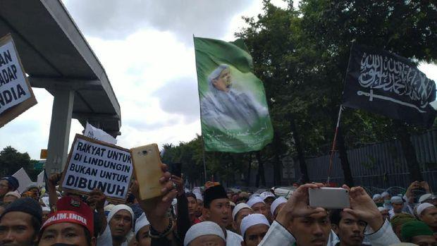Spanduk Habib Rizieq Berkibar di Tengah Massa FPI-PA 212 Demo Kedubes India