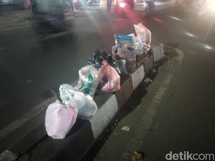 Sampah mulai menumpuk lagi di tengah jalan kota Tangerang