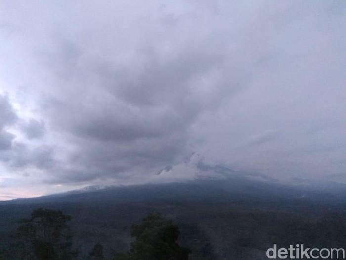 Gunung Semeru mengalami kenaikan kegempaan. Hari ini sudah terjadi 133 letusan di gunung tertinggi di Pulau Jawa tersebut.