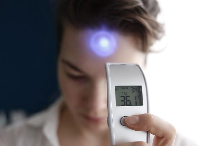 Mengukur suhu tubuh