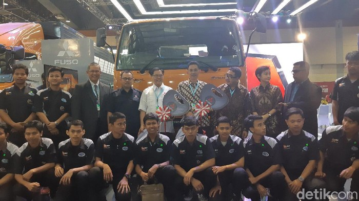 Mitsubishi Fuso bagi-bagi truk di ajang GIICOMVEC