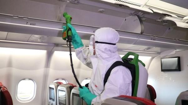 Tak hanya itu, proses sterilisasi juga dilakukan di pusat perawatan pesawat (hangar) Batam Aero Technic (BAT). Lainnya, di sana tetap ada pengerjaan perawatan pesawat berkala (schedule maintenance) (Foto: Dok. Lion Air)