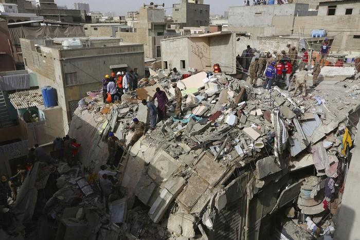 Bangunan lima lantai yang berada di kawasan Karachi, Pakistan, ambruk. Sebelas orang dilaporkan tewas sementara puluhan orang lainnya terluka akibat kejadian itu