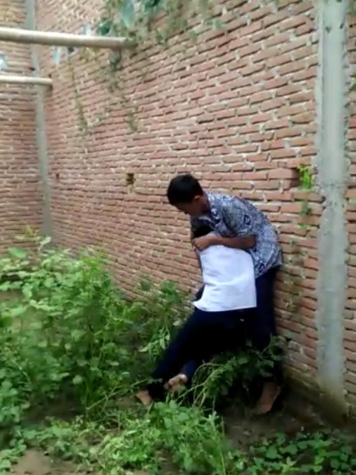 Viral 2 siswa SMP diadu di gedung kosong (Screenshot video viral)