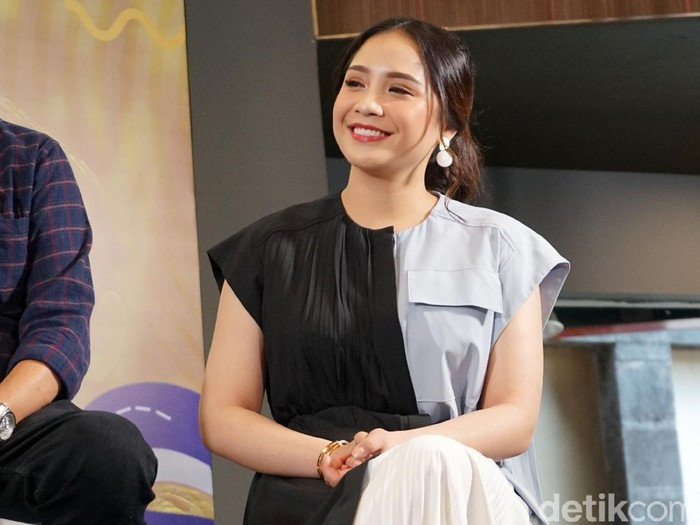 Raffi Ahmad dan Nagita Slavina saat rilis album Rans di kawasan Kemang.