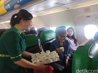 Tak sampai di situ, agar penumpang tetap fit, Citilink juga membagikan minuman herbal. (Foto: Putu Intan Raka Cinti/detikcom)