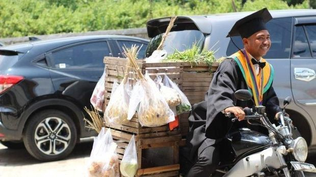 Keren! Demi Tuntaskan Kuliah, Pria Ini Jual Sayur Keliling