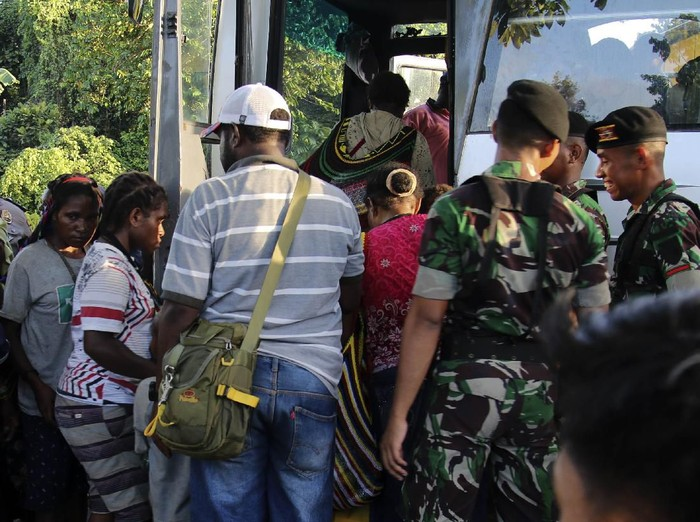 Sejumlah warga sipil menaiki bus milik PT Freeport Indonesia saat evakuasi di perkampungan Distrik Tembagapura, Kabupaten Mimika, Papua, Jumat (6/3/2020). Ratusan warga dievakuasi ke wilayah perkotaan Timika karena akses logistik ke wilayah perkampungan terputus akibat baku tembak antara TNI/Polri dengan Kelompok Kriminal Separatis Bersenjata (KKSB) beberapa hari terakhir. ANTARA FOTO/Sevianto Pakiding/wpa/aww.