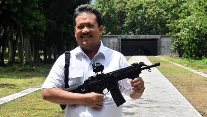 Wakil Menteri Pertahanan (Wamenhan) Republik Indonesia, Sakti Wahyu Trenggono dan Sekretaris Jenderal (Sekjen) Kementerian Pertahanan (Kemhan), Laksda TNI Agus Setiadji meninjau secara langsung fasilitas Divisi Munisi PT Pindad (Persero) yang berlokasi di Turen, Malang pada Jumat, (6/3) kemarin.