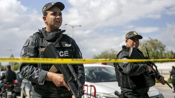 Bom bunuh diri meledak di sekitar kantor kedutaan besar Amerika Serikat di Tunis, Tunisia. Akibatnya, seorang polisi tewas dan 6 orang lainnya luka-luka. Ledakan itu terjadi di distrik Berges du Lac pada Jumat (6/3) malam waktu setempat.