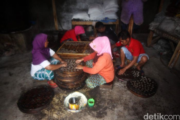 Sejumlah pekerja menyelesaikan proses pembuatan kerupuk bunter di Cijaringo, Kampung Bunter, Desa Cihanjuang, Kecamatan Cimanggung, Kabupaten Sumedang, Jawa Barat, Sabtu (7/3/2020).
