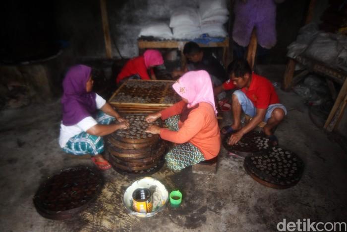 Sejumlah pekerja menyelesaikan proses pembuatan kerupuk bunter di Cijaringo, Kampung Bunter, Desa Cihanjuang Kecamatan Cimanggung, Kabupaten Sumedang, Jawa Barat, Sabtu (7/3/2020). Melihat Proses Pembuatan kerupuk bunter yang masih menjaga keasliannya dengan menggunakan tenaga manusia dan alat-alat tradisional yang masih tergolong kuno.