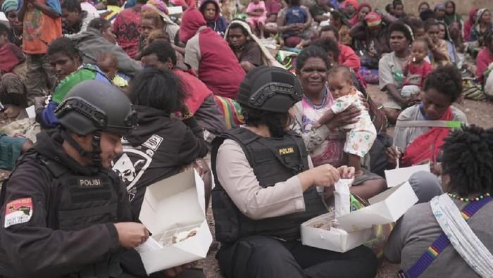 800 masyarakat pedalaman pegunungan Timika yang mengungsi Ke Polsek Tembagapura, Papua.