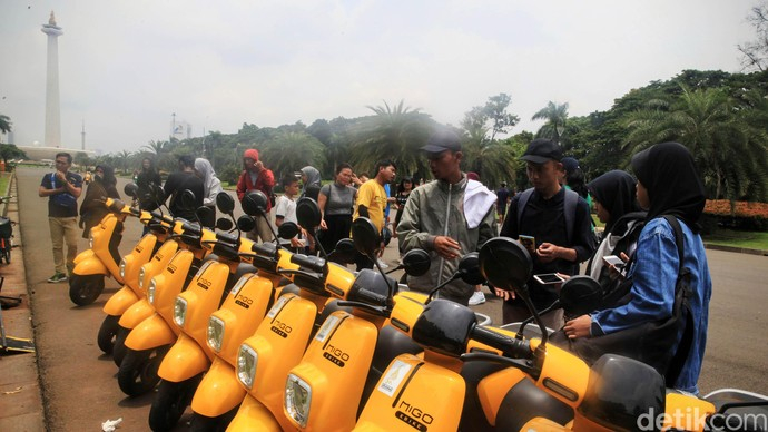 Para penyewa menikmati layanan gratis sepeda listrik di kawasan Monumen Nasional (Monas) Jakarta, Sabtu (7/3/2020). Sejauh ini pemerintah masih menggodok regulasi terhadap keberadaan sepeda listrik.