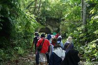 Bersama pemandu yakni Mas Kartum, para pelancong berkenalan dengan pulau yang jadi penjara napi kelas kakap.