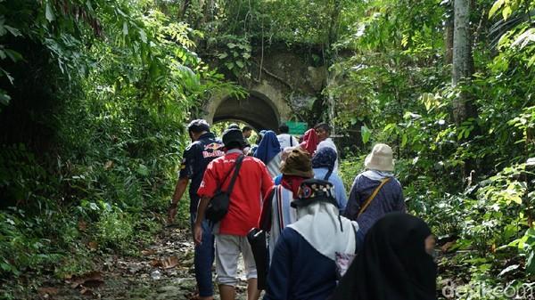 Namanya adalah Benteng Karang Bolong, di mana sisa bentengnya mengelilingi sebagian pulau Nusakambangan dan memanjang hingga atas bukit (Randy/detikcom)