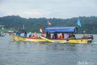 Naik perahu menyeberangi laut untuk ke Nusakambangan.