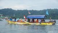 Apabila ingin berwisata ke Cagar Alam Nusakambangan Timur, traveler bisa naik kapal cadik nelayan dari Pantai Teluk Penyu. Sekali jalan biayanya adalah Rp 30 ribu dan Rp 50 ribu untuk keliling pulau (Randy/detikcom)