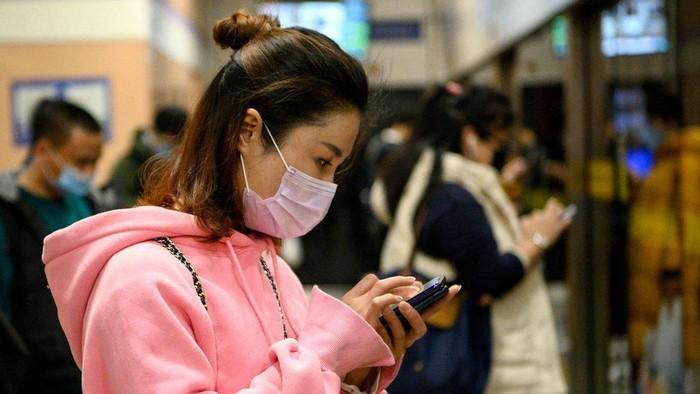 Virus corona: Bisa menyebar melalui telepon genggam, uang kertas; binatang peliharaan bisa tertular
