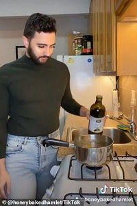 Kocak! Pria Ini Bikin Tutorial Masak Mirip Beauty Vlogger di TikTok