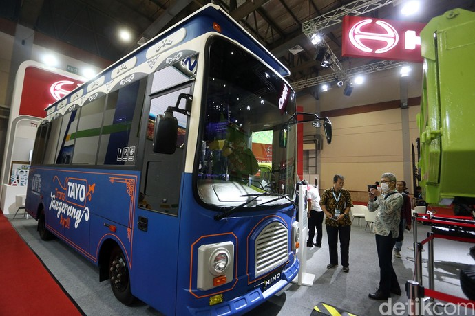 Hino memajang tujuh kendaraan, baik truk dan bus di ajang GIICOMVEC, yang berlangsung di JCC Senayan, Jakarta, Jumat (06/03/2020). Salah satu model bus yang dipajang adalah Hino FB 130 yang disulap menjadi bus Tayo (Tangerang Ayo). Bus Tayo ini merupakan yang Bus Rapid Transit milik kota Tangerang.