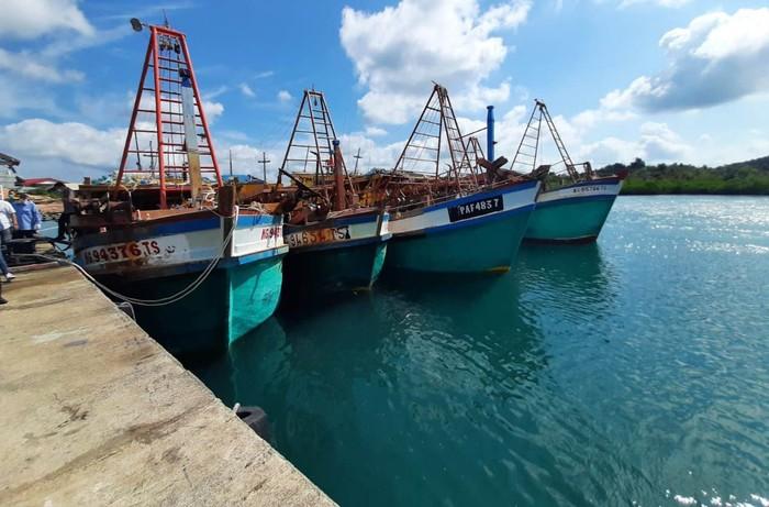 Lima kapal maling ikan diciduk di perairan Natuna Utara. Kapal direkayasa seolah-olah berasal dari Malaysia, ternyata setelah diperiksa berasal dari Vietnam.