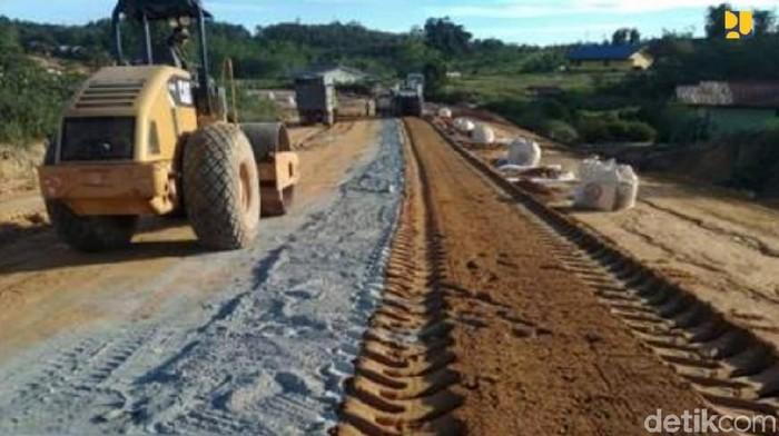 Kementerian PUPR membangun jalan paralel perbatasan di Kalimantan Barat. Hingga Februari 2020, Jalan paralel 811.32 km tersebut telah tembus seluruhnya dari Temajok hingga Batas Provinsi Kalbar/Kaltim.