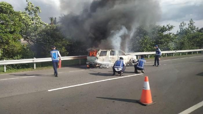 Mobil terbakar di Tol Jagorawi KM 31.