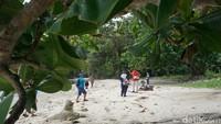 Tak hanya benteng bersejarah, terdapat juga Pantai Pasir Putih yang berlokasi tak jauh dari Benteng Karang Bolong. Ya, Pulau Nusakambangan memang memiliki banyak sisi unik (Randy/detikcom)