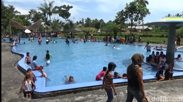 Di obyek wisata ini, traveler bisa mandi di kolam yang airnya bersumber langsung dari gunung tertinggi di pulau Jawa yakni Gunung Semeru. Traveler juga bisa menikmati swafoto bawah air yang keren bersama ikan-ikan. Foto diambil bulan Maret lalu. (Nur Hadi Wicaksono/detikcom)
