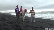 Cuma di Lumajang, Naik Kuda Seperti Koboi Tapi di Pantai