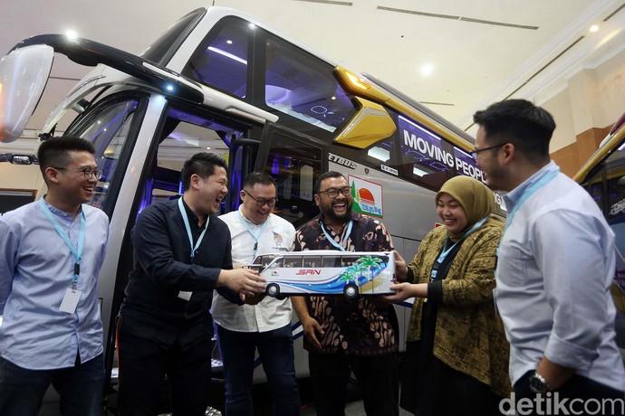 PT Adiputro ramaikan ajang GAIKINDO Indonesia International Vehicle Expo (GIICOMVEC) 2020 di JCC, Senayan, Jakarta. Ada sejumlah bus yang dipamerkan.
